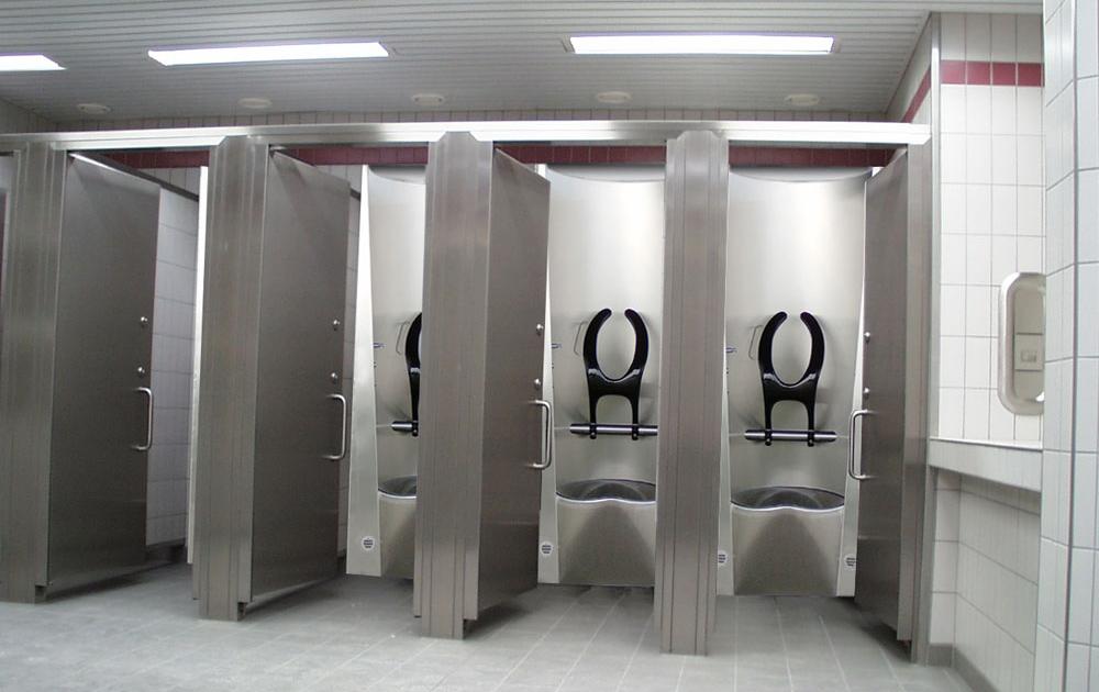 Несколько стандартных модулей, объединенных в одном туалете.