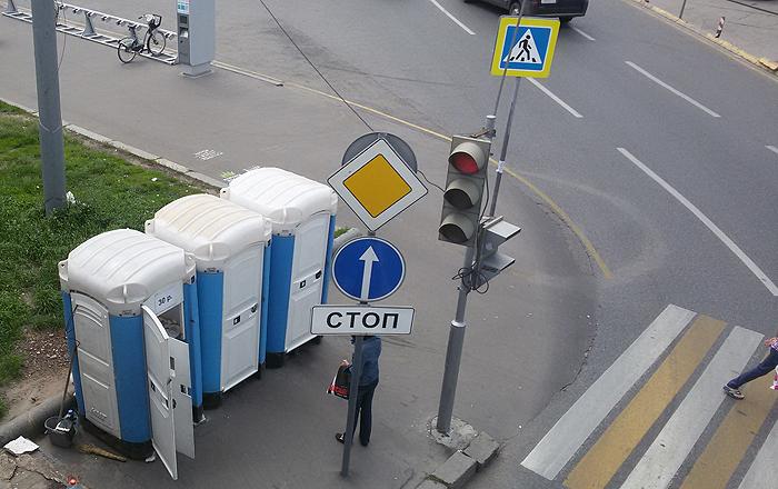 Туалетные кабины у метро Белорусская
