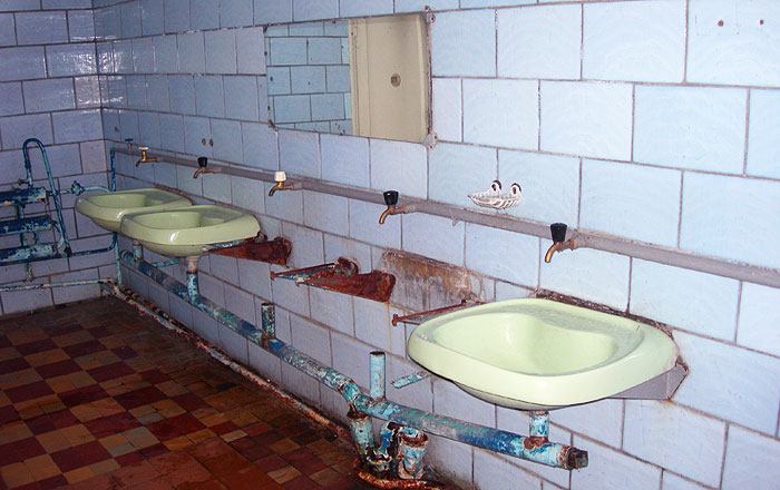 Раковины в бесплатном стационарном туалете на ВДНХ