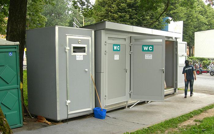 Модульный туалет и кабина у главного входа на территории ВДНХ