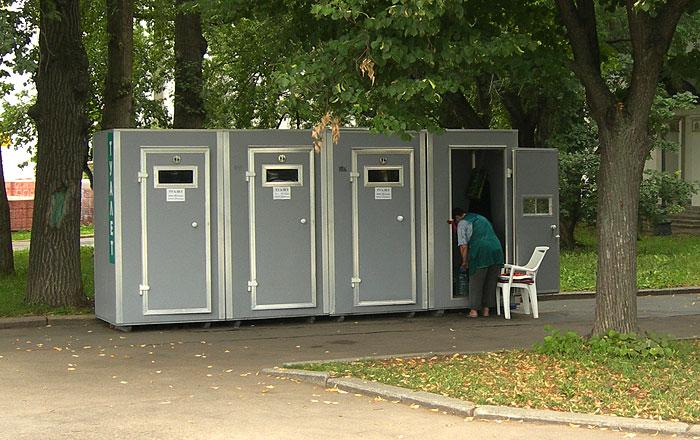 Туалетные кабины у фонтана Дружба народов на ВДНХ